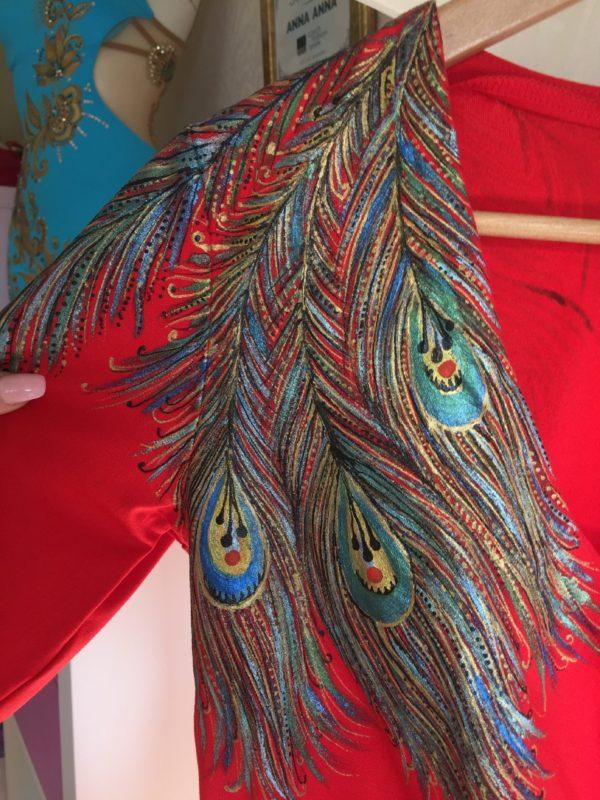 Šaty červené s pavím peřím