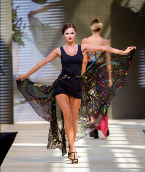 Šaty s barevnou vlečkou