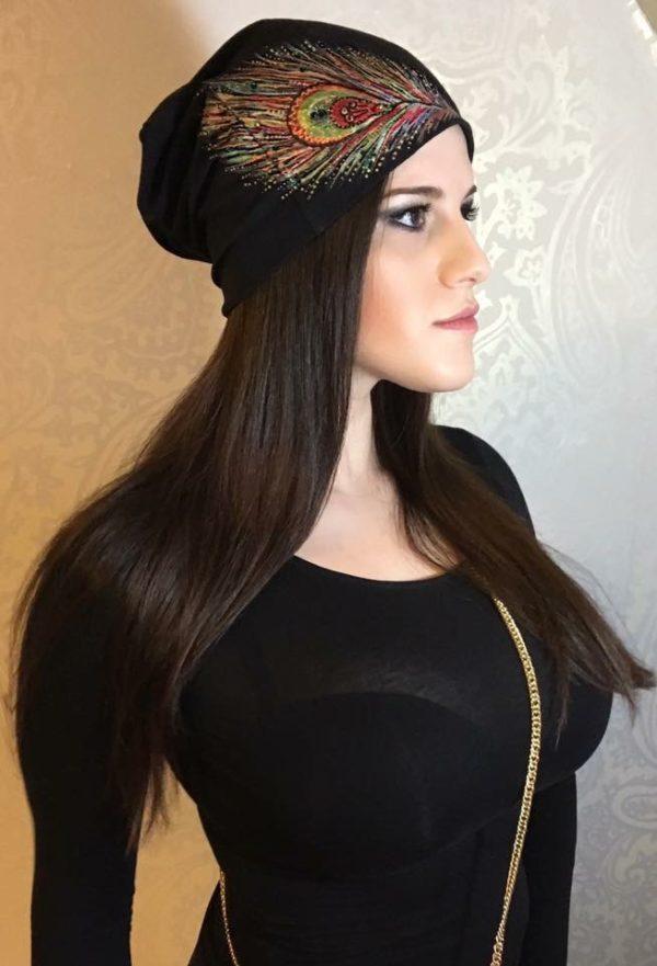 Čepice černá s pavím peřím