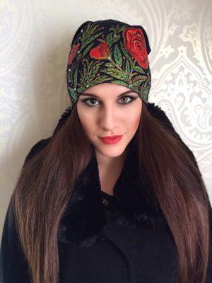 Čepice černá s červenými růžemi