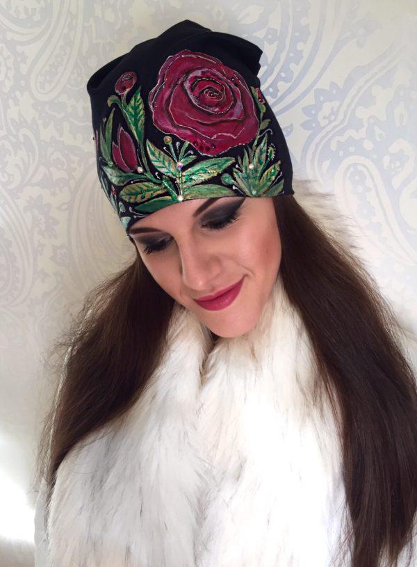 Čepice černá s růžovými růžemi