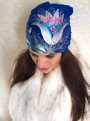 Čepice modrá s metalickou lilií